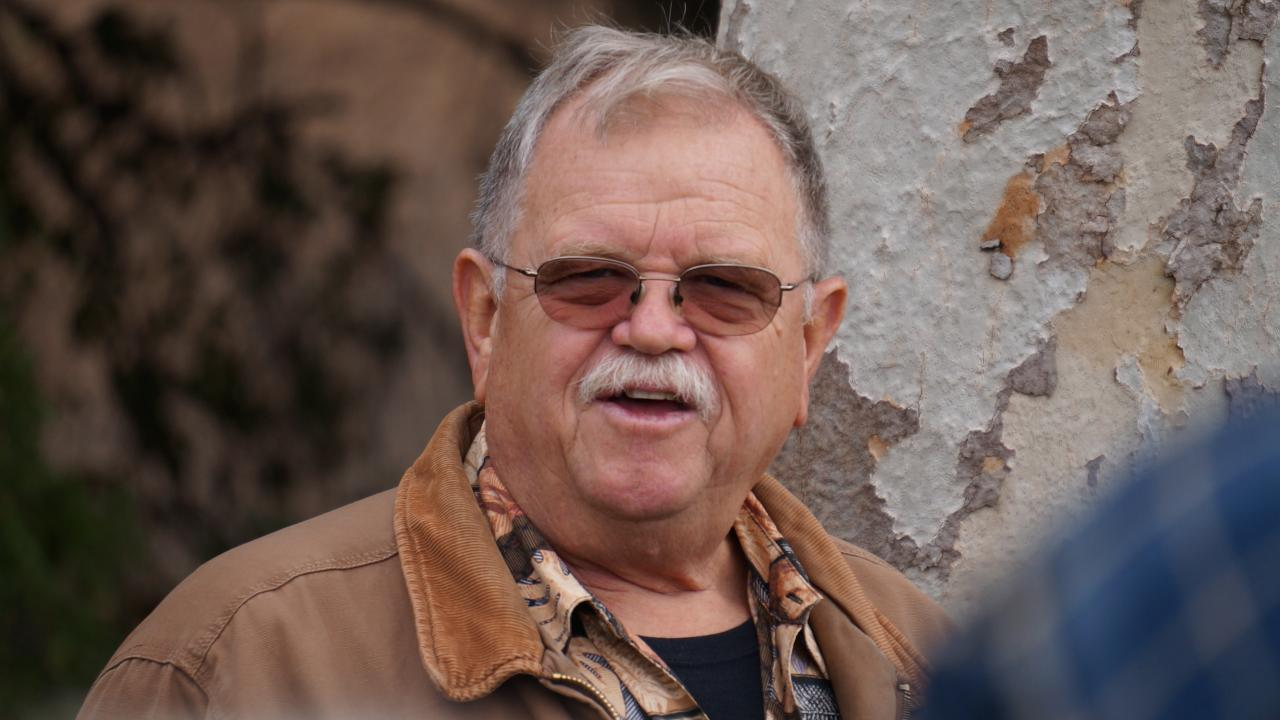 Image of Warren G. Roberts leading a tour of the UC Davis Arboretum.